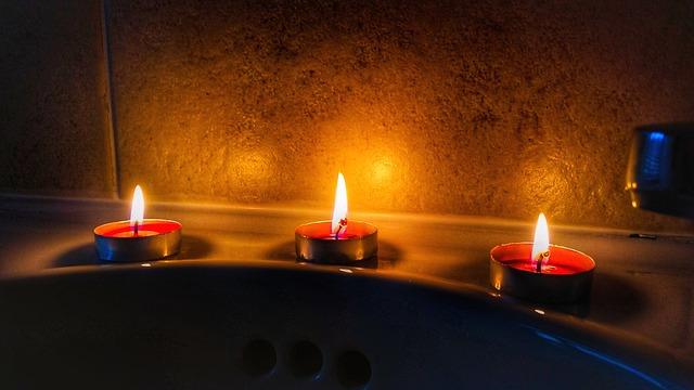 Bougies, musique douce, huiles essentielles... Profitez d'un instant magique en prenant un bain relaxant